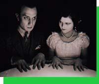 La séance de spiritisme dans Feu Mathias Pascal; à gauche, l'acteur Ivan Mosjoukine