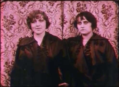 Les deux soeurs jongleuses dans La boule noire