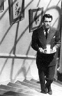 Suspicion (1941), d'Alfred Hitchcock : Lina soupçonne son mari de vouloir la tuer. Ici, une photo extraite de l'un des plus beaux passages du film, lorsque John monte un verre à son épouse, qu'elle pense empoisonné