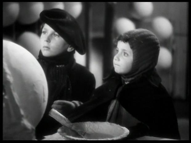 A gauche, Michel François dans L'assassinat du Père-Noël