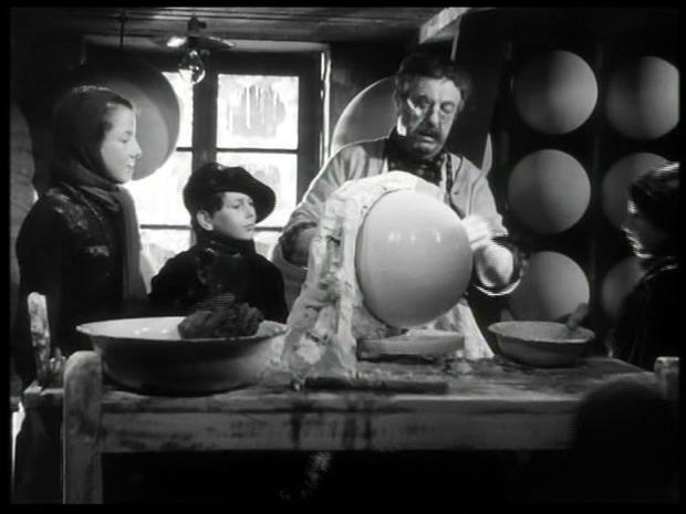 A gauche, à côté de l'acteur Harry Baur, Michel François (L'assassinat du Père-Noël)