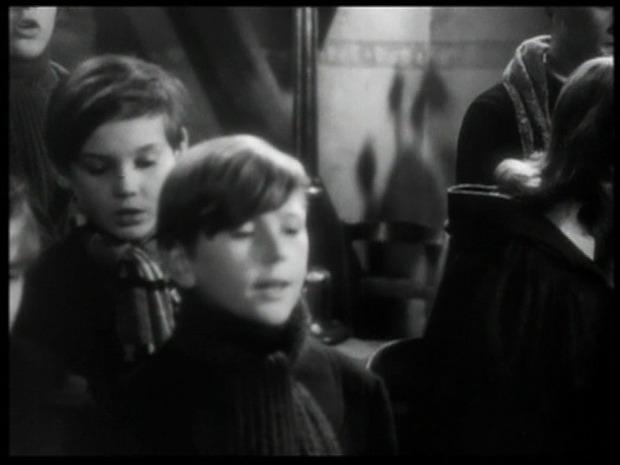 Au premier plan, Michel François ( la chorale des enfants dans L'assassinat du Père-Noël)