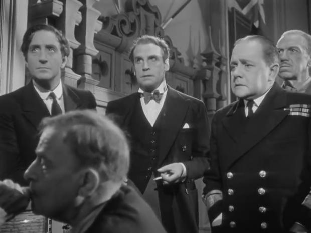 De gauche à droite : Basil Rathbone, Henry Daniell et Olaf Hytten dans Sherlock Holmes et la voix de la terreur
