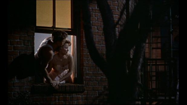 A droite, Havis Davenport dans Rear window