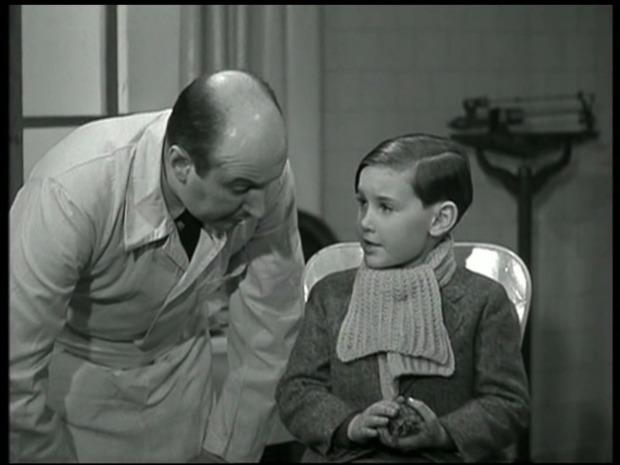 A droite, assis : le petit Claude Roy dans Les disparus de Saint-Agil