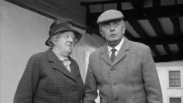 Margaret Rutherford et Stringer Davis dans Murder at the Gallop (Meurtre au galop, 1963) de George Pollock