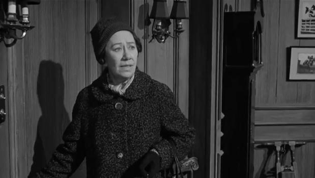 Flora Robson est mademoiselle Milchrest dans le film Murder at the Gallop (Meurtre au galop, 1963) de George Pollock