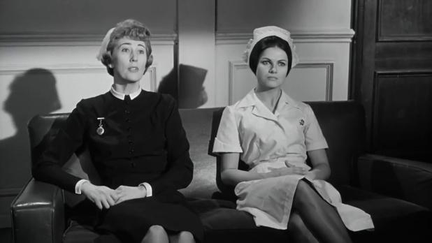 Joan Benham et Norma Foster dans le film britannique Murder ahoy (Passage à tabac, 1964) de George Pollock, une aventure de miss Marple