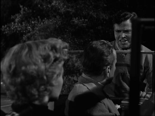Don Hamin debout; Gloria Grahame et Bogart dans la voiture