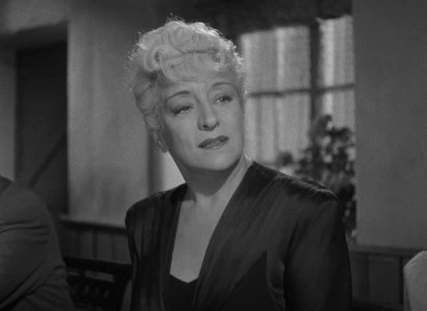 Françoise Rosay dans le film britannique The halfway house (L'auberge fantôme, 1944) de Basil Dearden