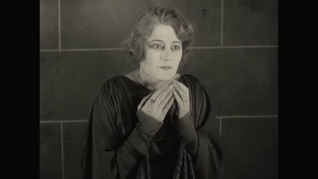 Eve Francis dans le film La femme de nulle part (1922) de Louis Delluc