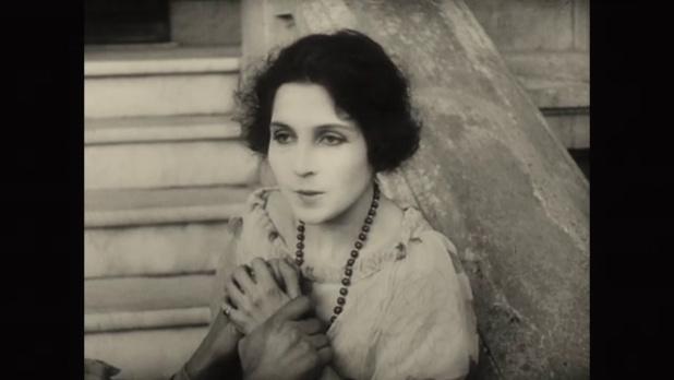 Gine Avril dans le film muet La femme de nulle part (1922) de Louis Delluc