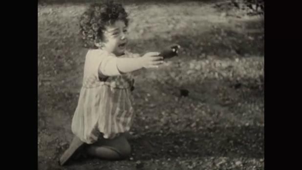La jeune Denise dans le film muet La femme de nulle part (1922) de Louis Delluc
