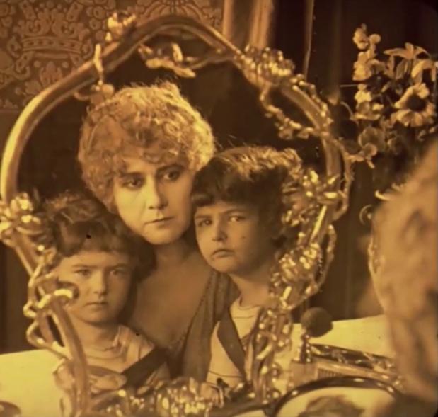 Mattyasovszky Ilona et les jumeaux Barry dans le film hongrois Egy fiúnak a fele (1924) de Géza von Bolváry