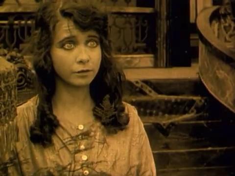 Gene Crosby est Innocence dans le film muet américain The eye of envy (1917) de Harrish Ingraham