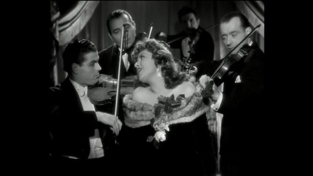 Suzy Delair avec l'orchestre tzigane de Paul Toscano dans Quai des orfèvres