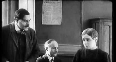 Le coupable (1917) : à droite, Mona Gondré