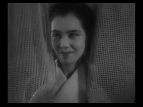 Ranko Sawa dans le film muet japonais 港の日本娘 (Jeunes filles japonaises sur le port, 1933) de 清水 宏 (Hiroshi Simizu)