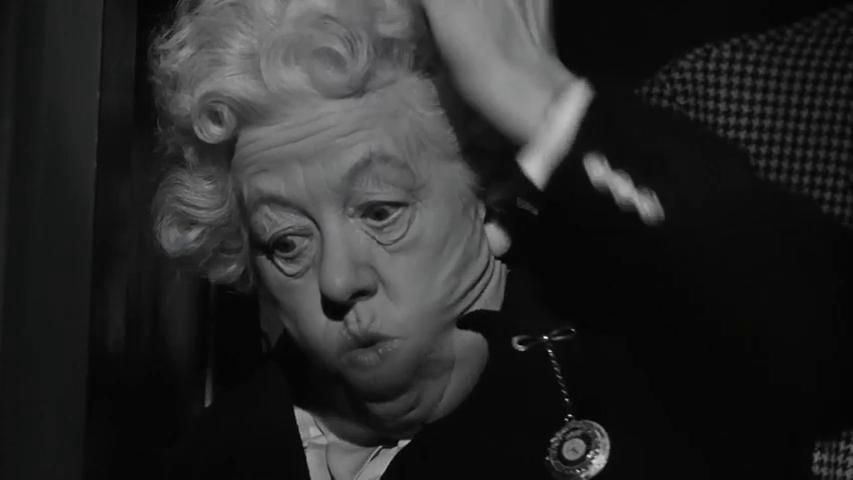 Margaret Rutherford dans le film Murder ahoy (Passage à tabac, 1964) de George Pollock