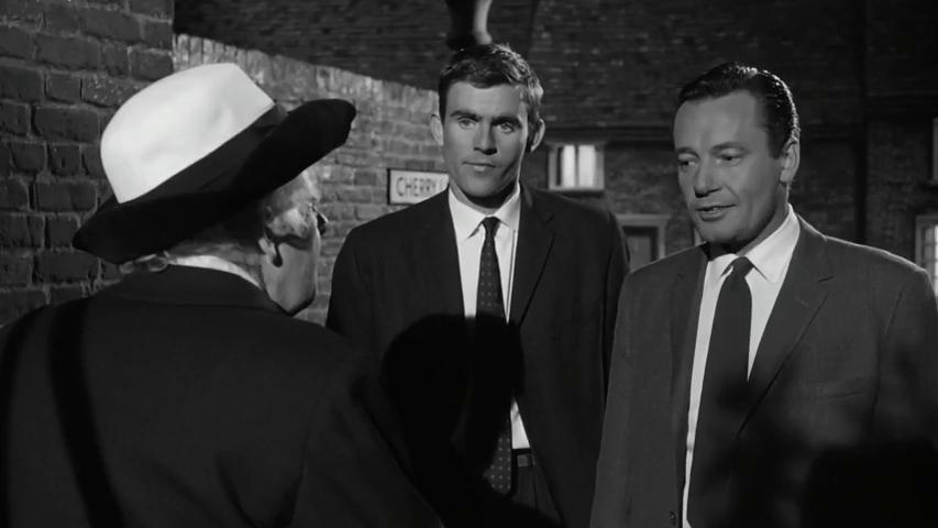Charles Tingwell et Terence Edmond dans le film Murder ahoy (Passage à tabac, 1964) de George Pollock