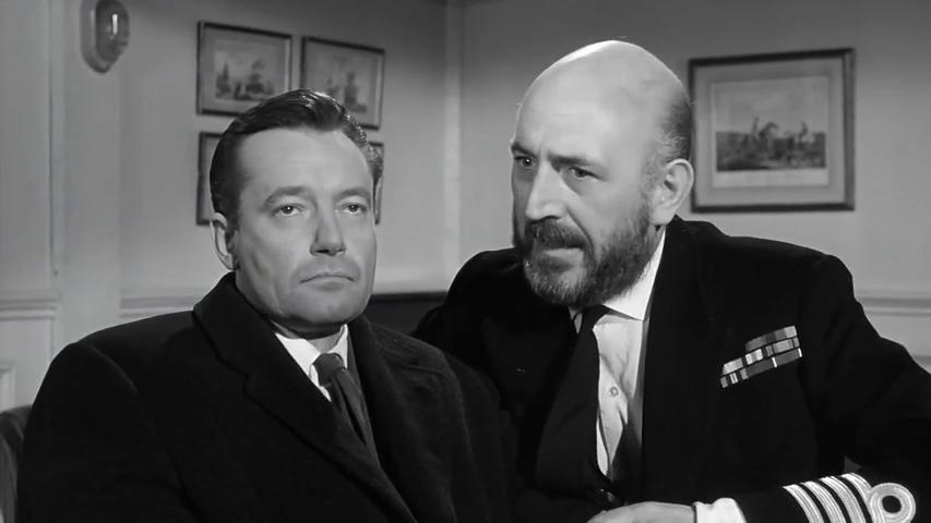 Charles Tingwell et Lionel Jeffries dans le film britannique Murder ahoy (Passage à tabac, 1964) de George Pollock