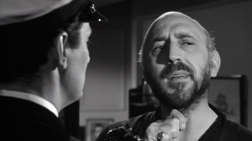 A droite : Lionel Jeffries dans Murder ahoy (Passage à tabac, 1964) de George Pollock