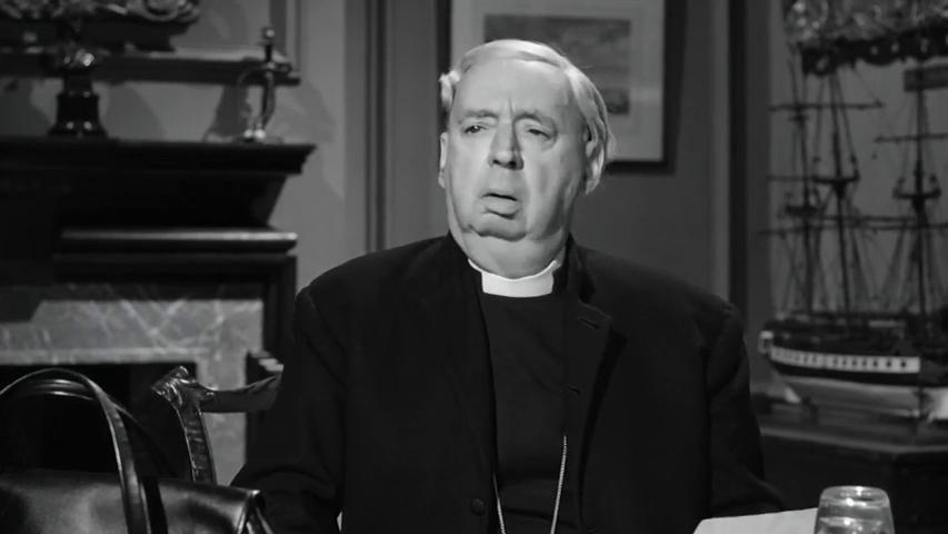 Miles Malleson dans le film Murder ahoy (Passage à tabac, 1964) de George Pollock