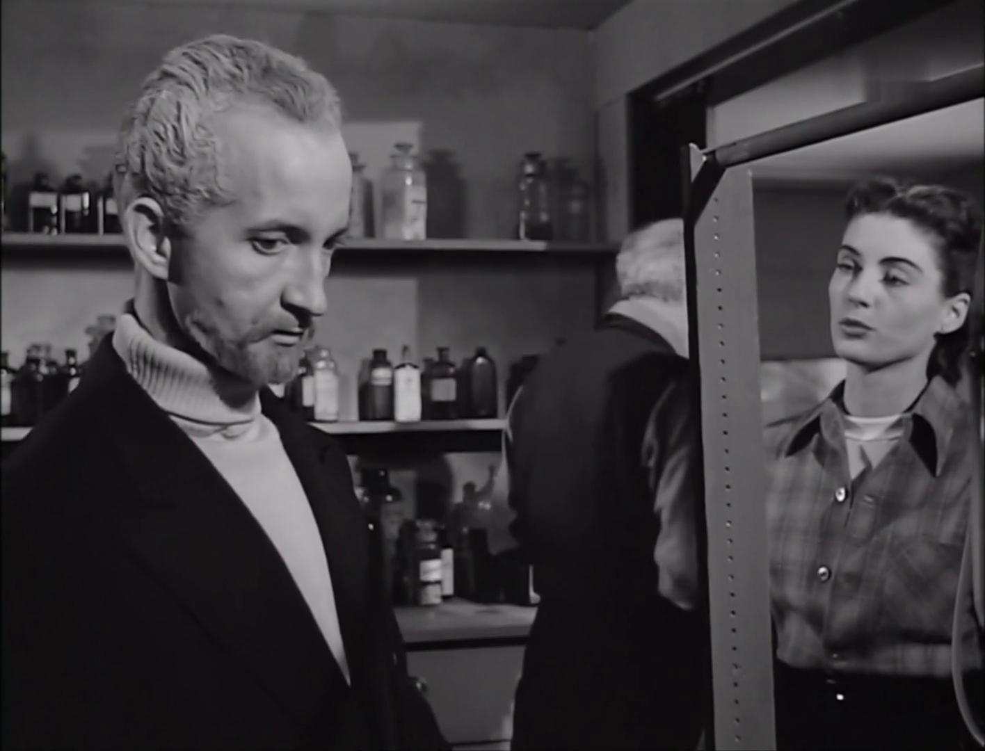 Robert Cornthwaite et Margaret Sheridan dans le film américain The thing from another world (La chose d'un autre monde, 1951) de Christian Nyby