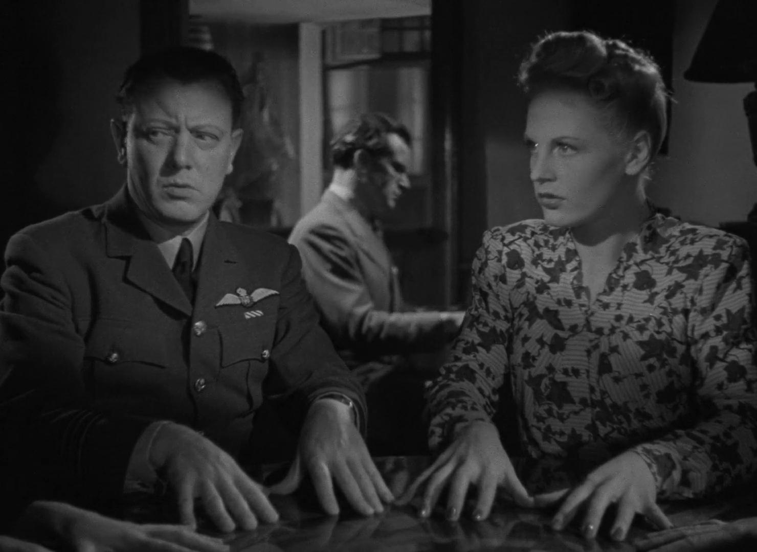 Richard Bird, Esmond Knight et Valerie White dans The halfway house (L'auberge fantôme, 1944) de Basil Dearden