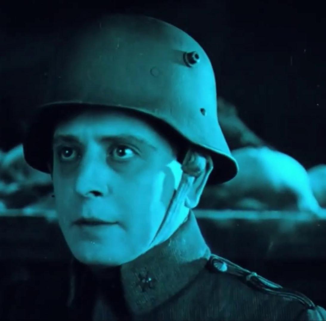 Kompóthy Gyula est Laci dans le film muet Egy fiúnak a fele (1924) de Géza von Bolváry