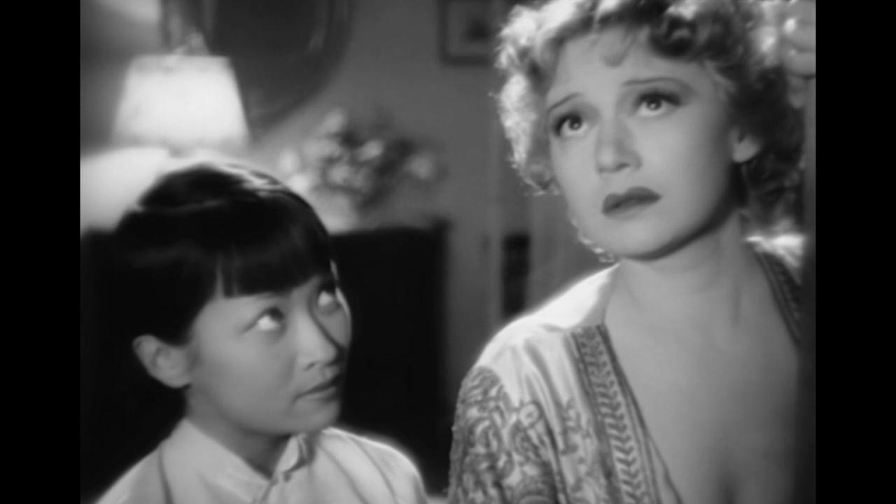 Edwige Feuillère et Foun-Sen dans le film français La dame de Malacca (1937) de Marc Allégret